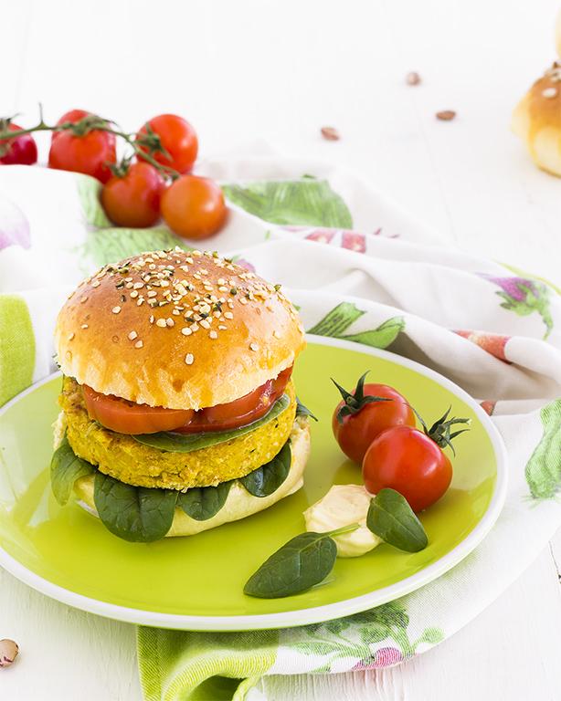 burger di fagioli con verdure fresche