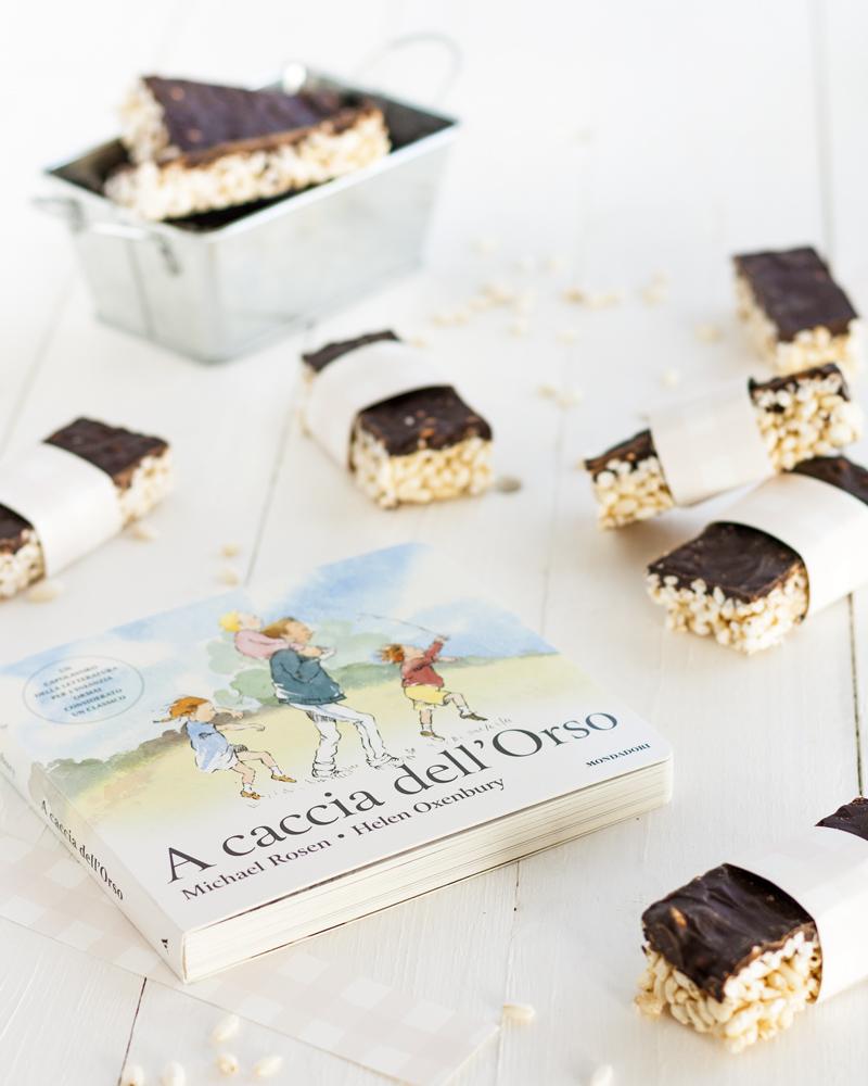 Barrette di riso soffiato al cioccolato con libro