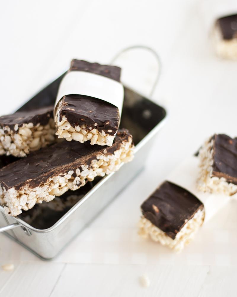 barrette di riso soffiato con cioccolato fondente viste dall'alto