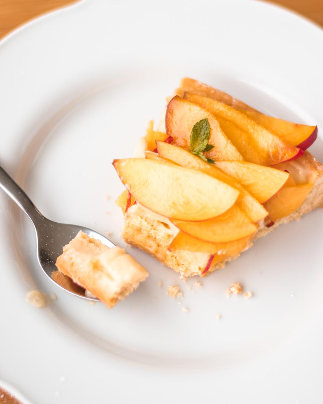 fetta di crostata alle pesche e crema pasticciera