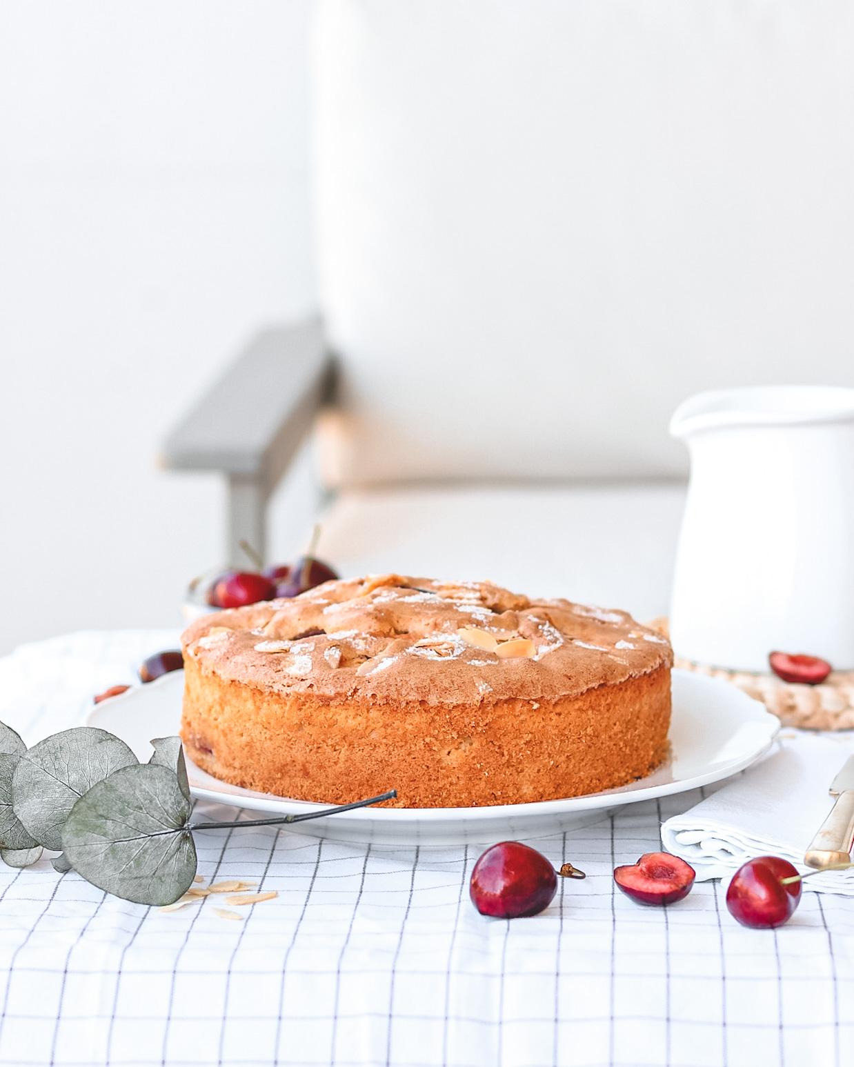 tavola con torta ciliegie eucalipto