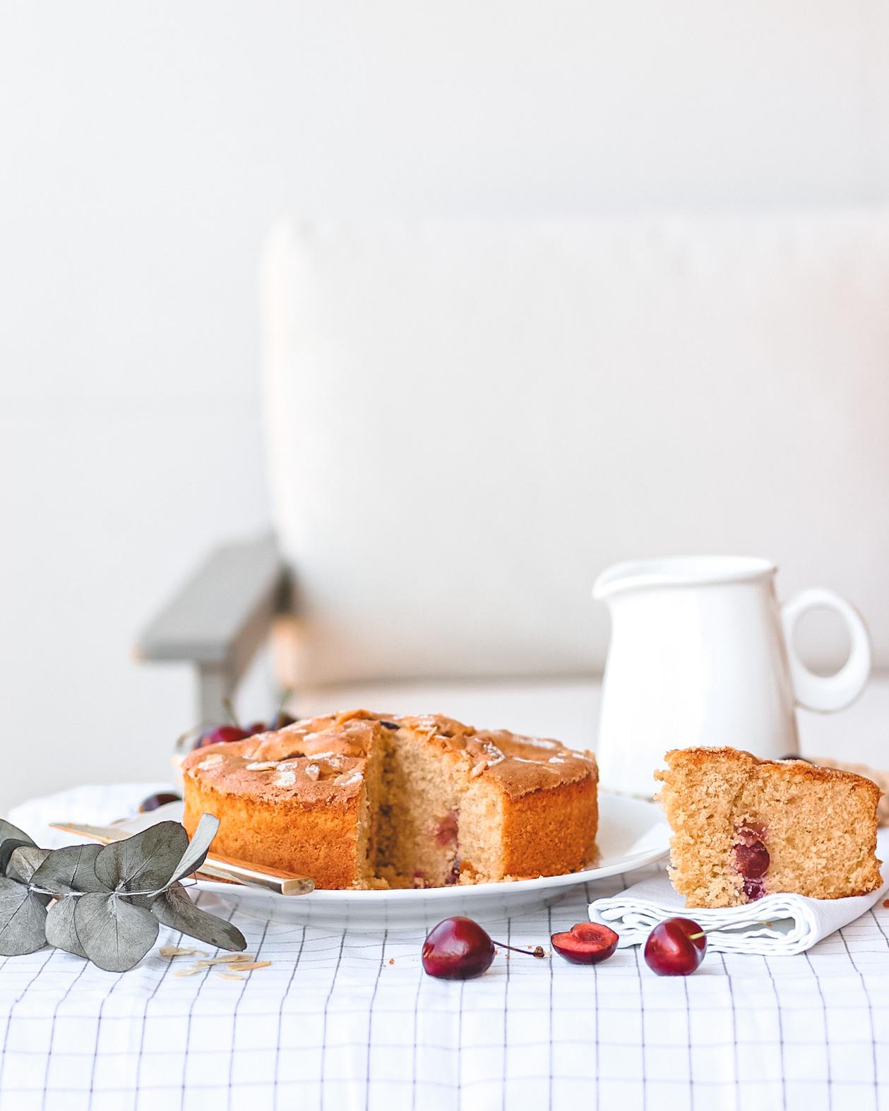 torta ciliegie con fetta tagliata e divanetto