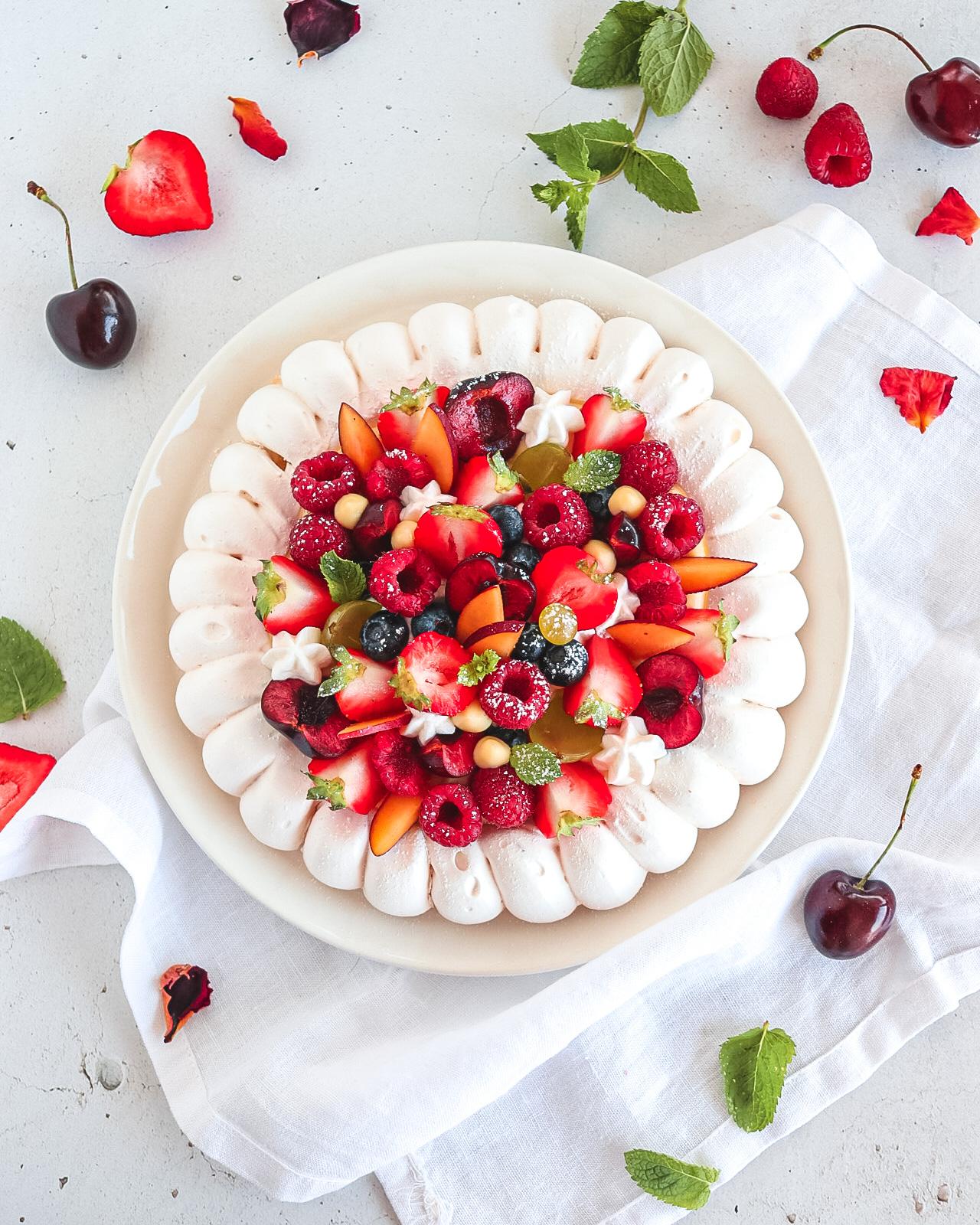 meringata con frutta estiva fragole e ciliegie