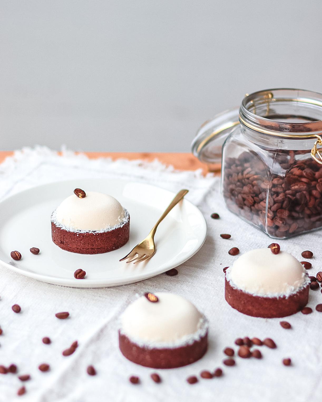 tre crostatine al cioccolato cocco e caffè
