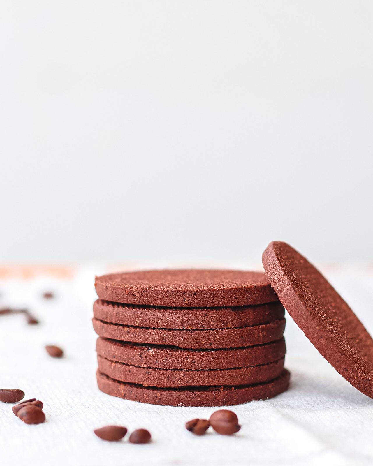 biscotti cacao e caffè su tovagliolo bianco